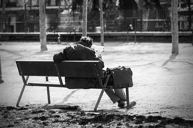 Muž v depresi na lavičce